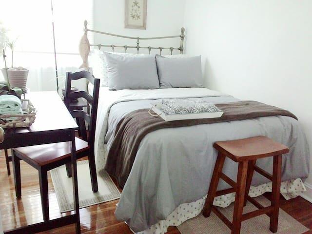 COZY Nice Room #1/Close to Train to CITY!