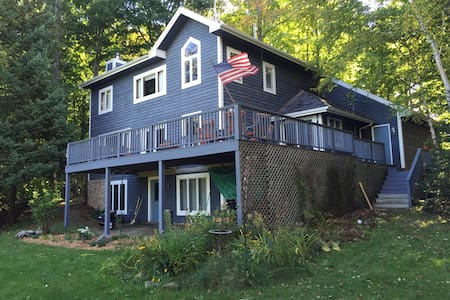 PETOSKEY large home w lake view - Petoskey - บ้าน