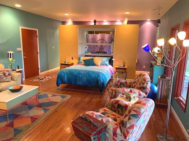 Vibrant, colorful guest quarters near London, KY