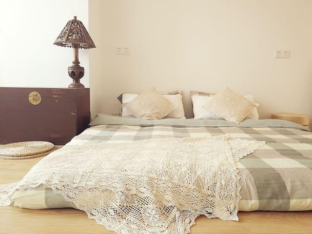 南向榻榻米卧室,席梦思床垫,提供床上电热毯