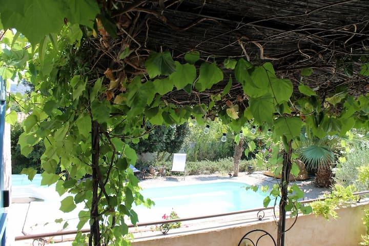 Appartement indépendant dans villa avec piscine.