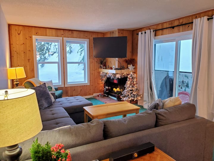 Bright & spacious 2 Bedroom Ski in/out in Village!