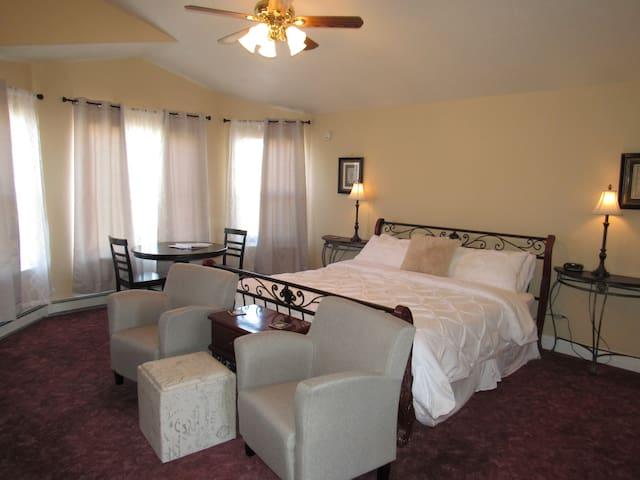 Vineyard suite, private bath, entrance & Breakfast