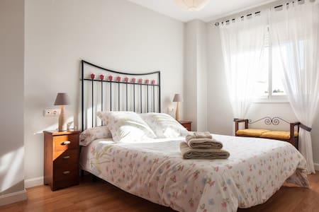 Bonito piso a 1,8km del centro y 3km de la playa - Almería - บ้าน