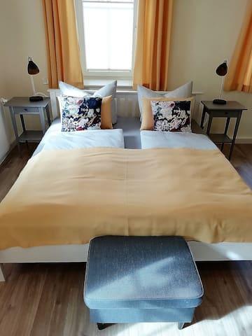 Schlafzimmer mit Flatscreen