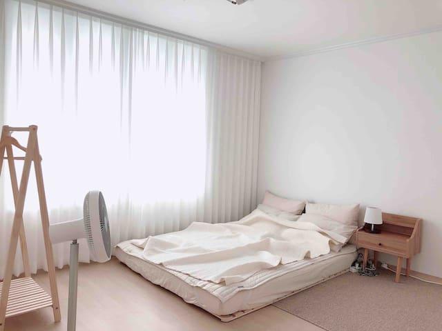 • 두명이서 잘 수 있는 퀸 사이즈의 넉넉한 침대입니다. • 매트리스는 메모리폼으로 최고의 잠자리를 제공합니다. • 계절에 맞게 겨울에는 사계절이불, 여름에는 여름용 이불이 항상 깨끗하게 준비되어 있습니다.