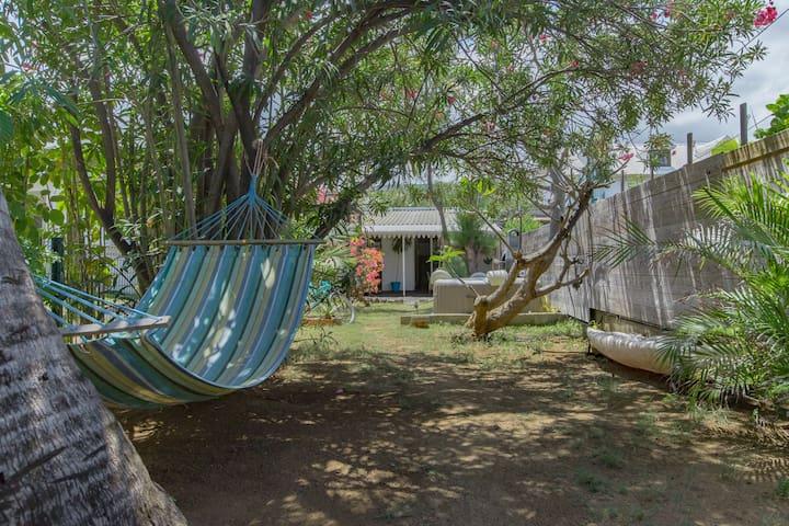 Maisonnette gd jardin 2 pas lagon saline les bains