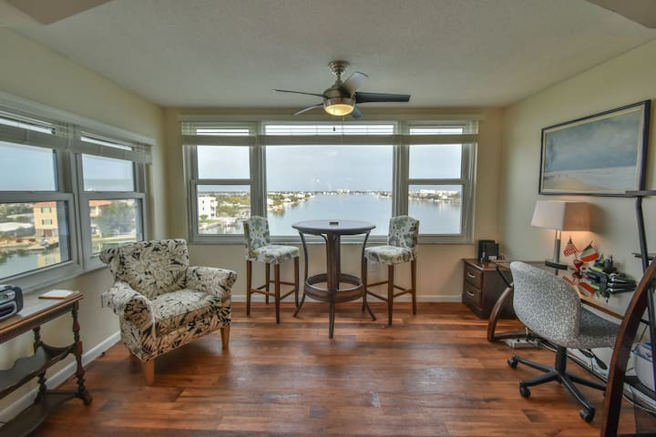 Waterfront Corner Penthouse 2 bedroom, ideal location in the center of St Pete Beach