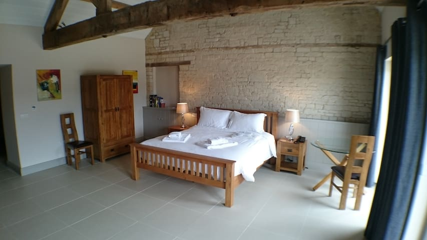 Chalk Barn at Buttle Farm - 4 superking bedrooms - Compton Bassett - Ev