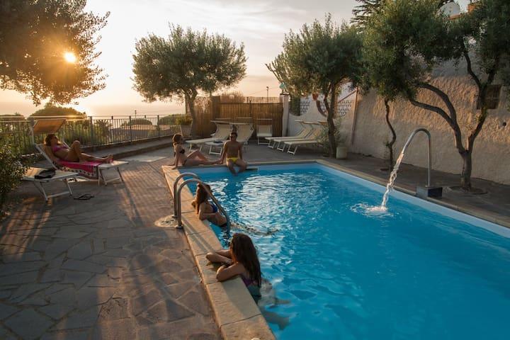 Vista mare da 2 a 22 posti letto, piscina e sauna.