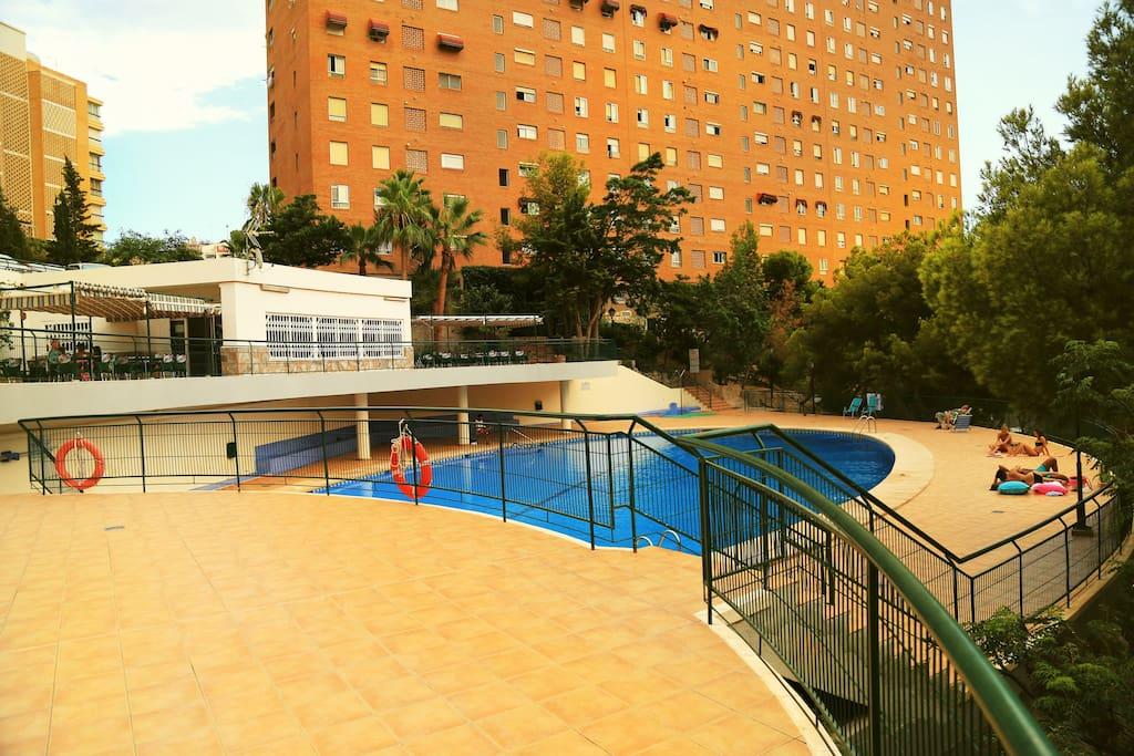 гриль-бар,свой ресторан у бассейна,все в цветах и соснах , три парковки , 2 теннисных корта))