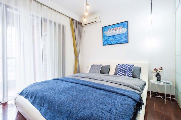 次卧1-带露台全景落地玻璃江景房配的也是1米八的特大号高品质双人床,全棉床上用品均由专业保洁公司统一清洁消毒,配有全新品牌冷暖空调