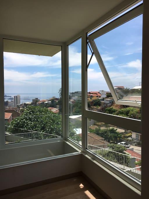 Vista desde el dormitorio en el segundo piso hacia el puerto de Valparaíso, muy luminoso!