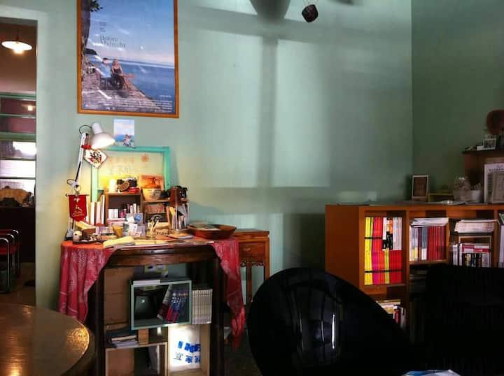 鄉下老家木板通鋪,舒適有回家的氛圍,提供一大床一小床,木板窗花、木板隔間,背包客棧的隔音