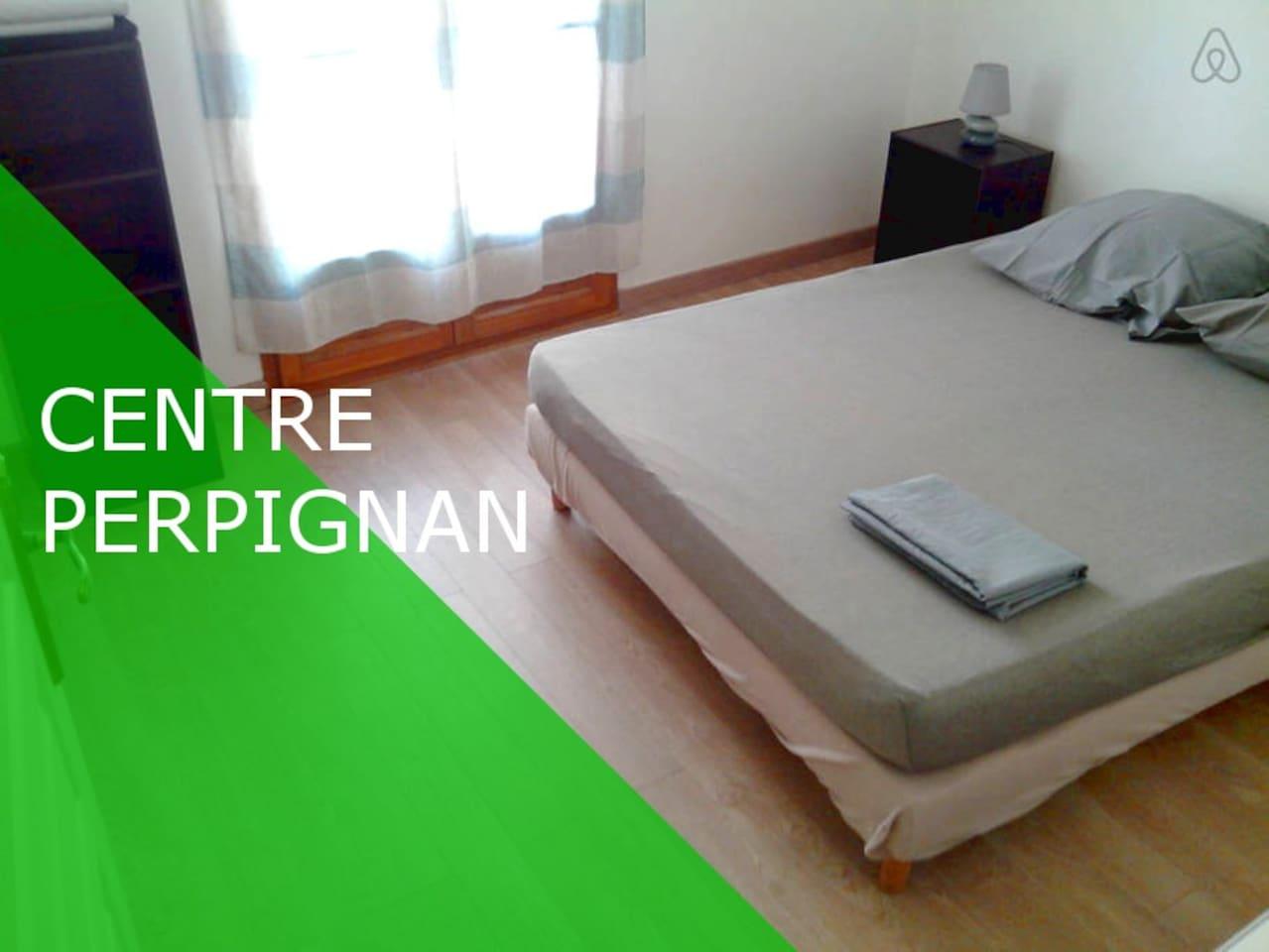 Chambre à coucher avec balcon (lit double) dans grand appartement en centre ville de Perpignan.