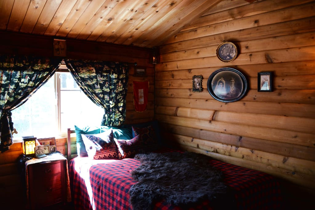 Log Cabin Country Themed Bedroom Cottages For Rent In
