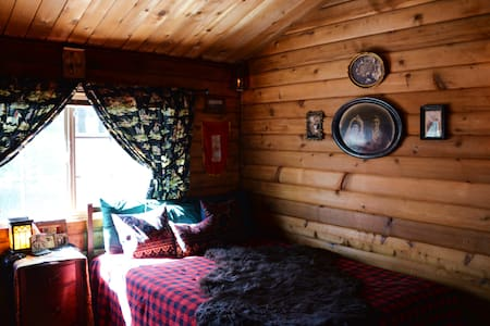 Log Cabin Country Themed Bedroom - South Lake Tahoe - Chalet
