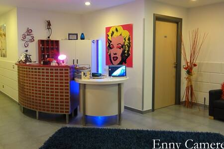 """""""Camere Enny"""" - Andy Warhol"""
