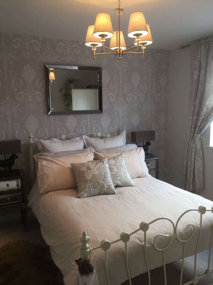 Bright, airy, lovely room in beautiful Evesham.