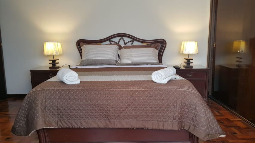 Suite con cama queen y baño privado, colchón ortopédico y una envidiable vista de la ciudad