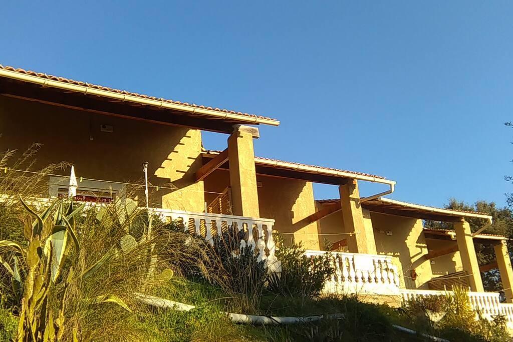 villa a louer ayant une terrasse et ayant une vue panoramique sur la plaine .