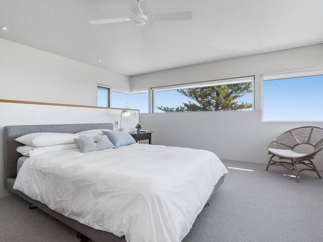 Main bedroom with stunning 180'ocean views including Fremantle Harbour.   With quality mattress and pure cotton bedding and a Duvet or cotton waffle blankets for your preference.   Air conditioning and heating or ceiling fan as you prefer also.