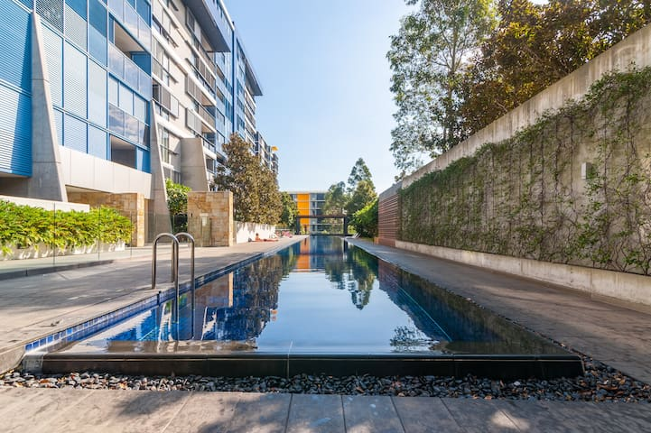 Cosy Open Plan Apartment with Pool and Gym!