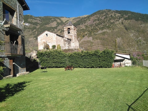 casa con jardin vistas iglesia romanica.