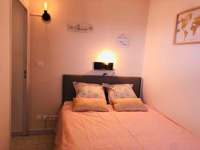 Chambre avec lit coffre offrant une grande capacité de rangement (valises, vêtements, diverses affaires..). La chambre permet d'accueillir le lit parapluie.