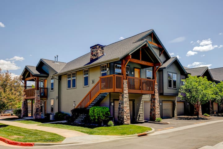 Redstone Village Condo! Quick shuttle to the slopes! Walk to dining and shopping in 1 minute!