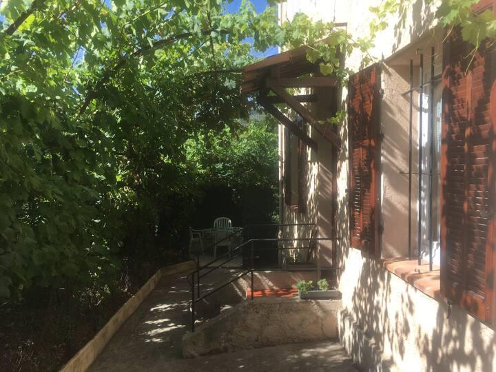 """""""la Treille"""" RDC 35 M2 dans maison"""