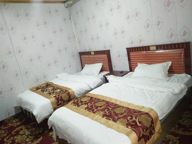 青海湖黑马河九妹家庭宾馆A室(通廊玻璃封闭)