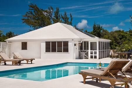 Hummingbird Villa - Large pool steps from beach
