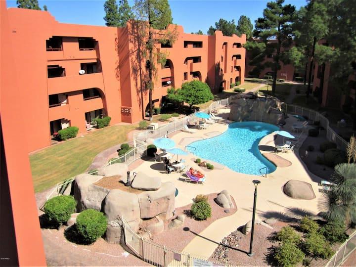 Desert Oasis-Clean & Bright Overlooking Pool!