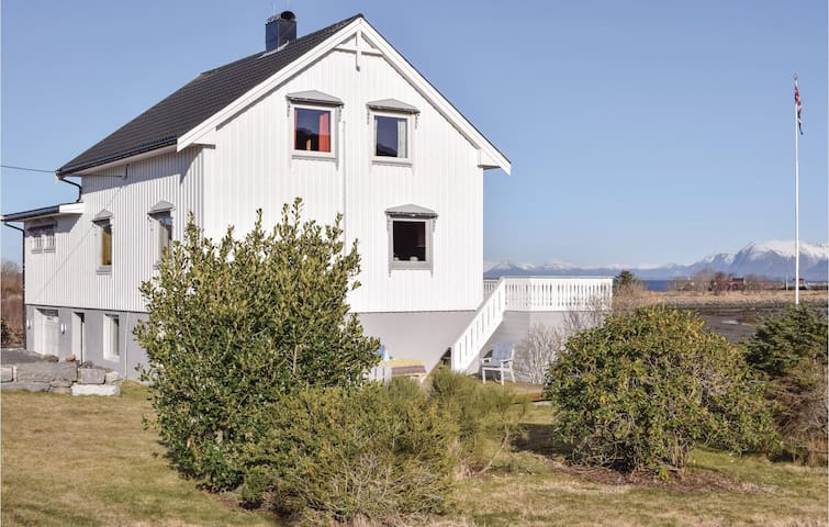 Holiday cottage with 5 bedrooms on 250m² in Fjørtoft