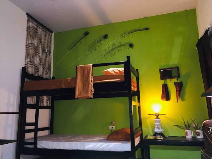 Mendoza's Attic  cama individual en litera $12