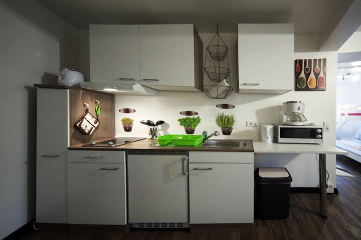 Ihre voll asugestattete Küchenzeile mit Toaster, Mirkowelle und Kaffeemaschine.
