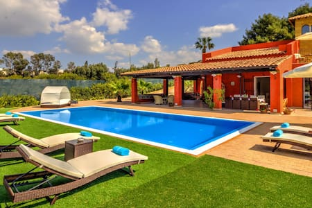 Elegant villa with pool equipped of every comfort