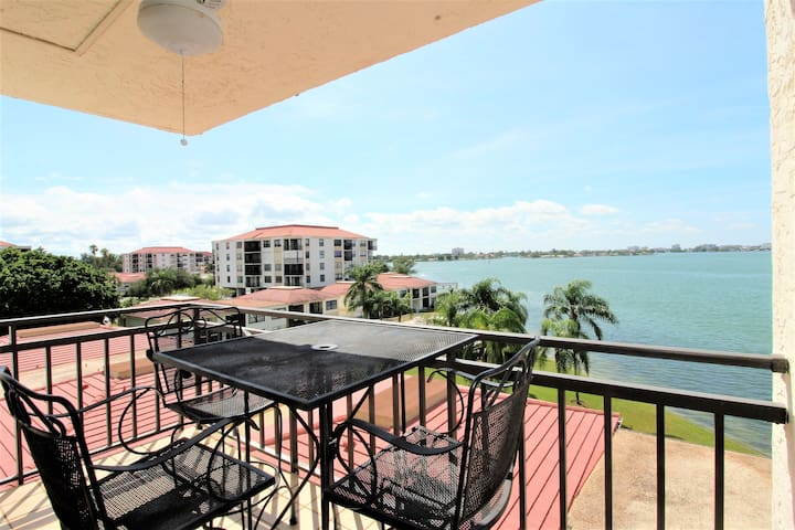 St Pete Isla Casa B-507 1/1-1/2 Bath Beautiful!