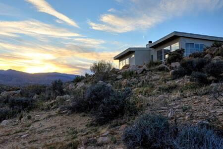 Los Vientos Hideaway - A Hiker's Paradise - Pioneertown