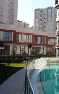 Kapalı havuzlu site içi villa - Sultanbeyli - Dom