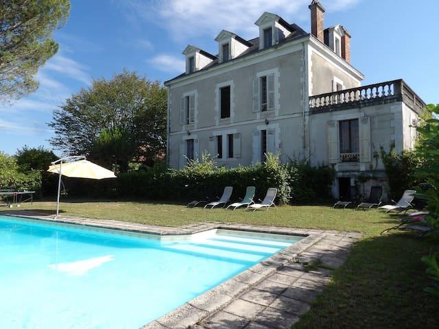 Stor villa Med svømmebasseng