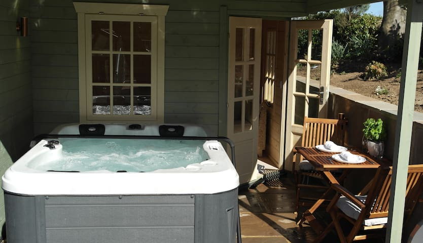 'The Snug' Apartment with Hot Tub, Ashford House