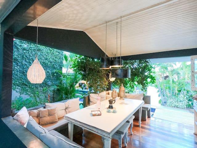 Casa com piscina no centro de Pipa