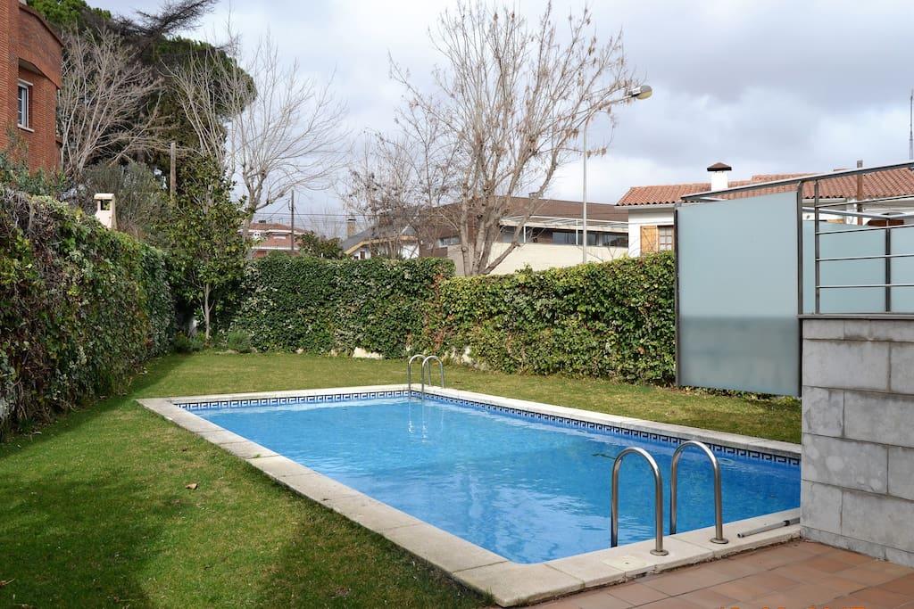 Luminoso d plex exterior con piscina y parking for Piscina xarau cerdanyola