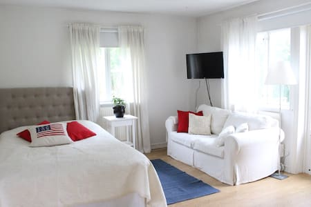 Cottage with bathroom & kitchen in quiet location - Lidingö