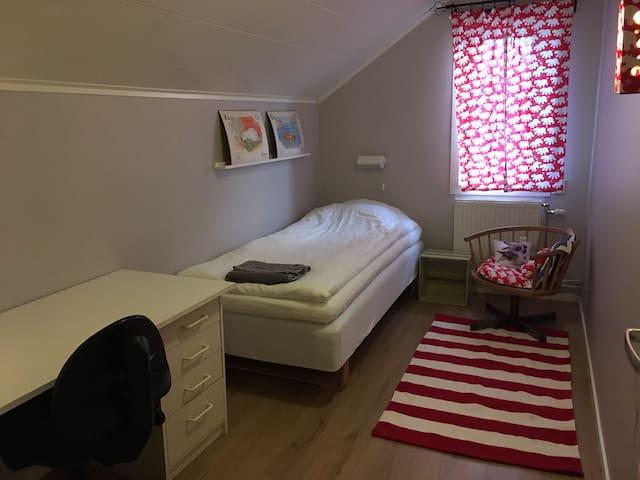 Enkelrum på övervåningen med 90 cm bred säng. Här finns även ett skrivbord. A single room on 2nd floor with one bed 90 cm. Here is also a desk.