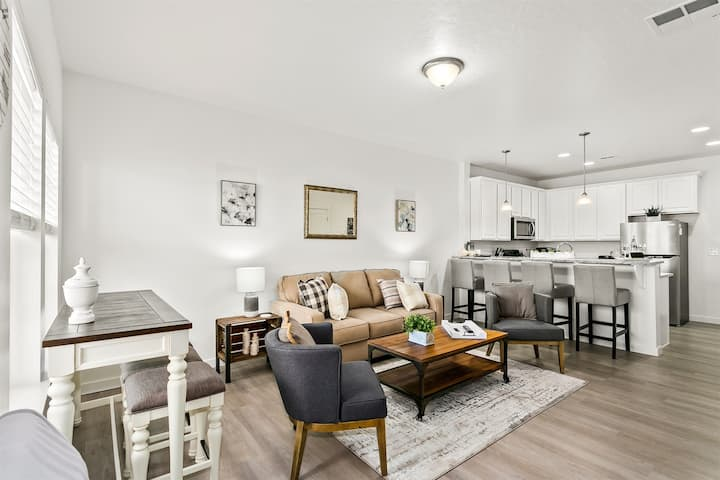 Brand New, Sparkling Clean, Townhome for Entertaining (275)