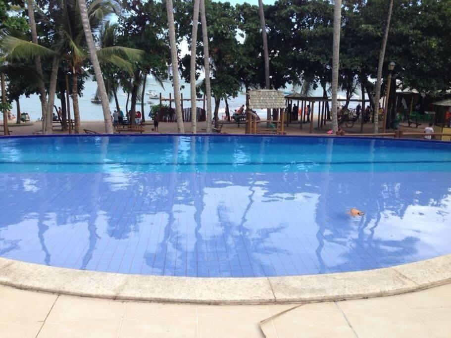 Piscina com borda infinita e FRENTE MAR para a principal praia da Praia do Forte.