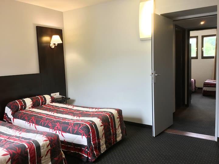 Room suite 5 pax  free parking  near sanctuary